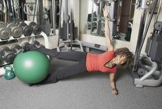 гимнастика пола тренировки шарика Стоковые Фотографии RF