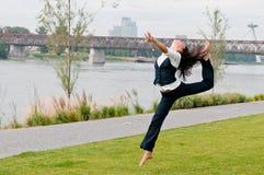 гимнастики скачки женщина outdoors Стоковые Изображения RF