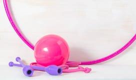 Гимнастический снаряд Прыгая веревочка, клубы для звукомерной гимнастики, обруч и шарик на белой предпосылке стоковое изображение rf