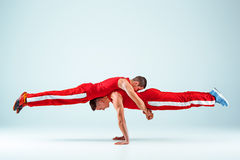 2 гимнастических циркаческих кавказских люд на балансе представляют Стоковое фото RF