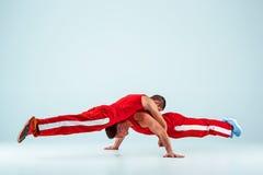 2 гимнастических циркаческих кавказских люд на балансе представляют Стоковое Изображение