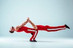 2 гимнастических циркаческих кавказских люд на балансе представляют Стоковые Изображения