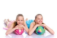 Гимнасты девушек выполняют тренировки с шариком Стоковое Изображение RF