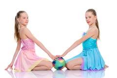 Гимнасты девушек выполняют тренировки с шариком Стоковые Изображения