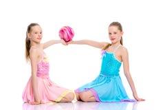 Гимнасты девушек выполняют тренировки с шариком Стоковые Фотографии RF