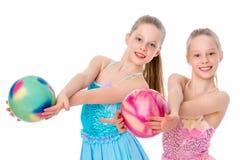 Гимнасты девушек выполняют тренировки с шариком Стоковое Изображение