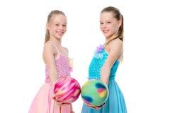 Гимнасты девушек выполняют тренировки с шариком Стоковые Изображения RF