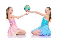 Гимнасты девушек выполняют тренировки с шариком Стоковое фото RF