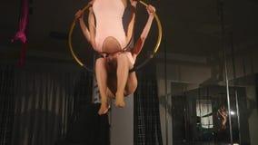 Гимнасты делая тренировки в круге в воздухе в студии акции видеоматериалы