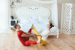 Гимнасты мальчика и девушки, они утро reniruyutsya Стоковое Изображение RF