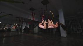 Гимнасты объезжая на воздушном обруче в воздухе в студии акции видеоматериалы