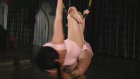 Гимнасты объезжая на воздушном обруче в воздухе в студии видеоматериал