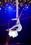 Гимнаст воздуха цирка молодой женщины Стоковое Изображение