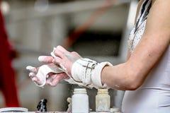Гимнаст девушки подготавливает его руки с мелом Стоковая Фотография RF