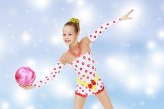 Гимнаст делает тренировки с шариком Стоковые Изображения