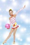Гимнаст делает тренировки с шариком Стоковая Фотография
