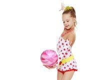 Гимнаст делает тренировки с шариком Стоковые Фото