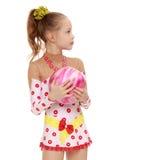 Гимнаст делает тренировки с шариком Стоковые Фотографии RF