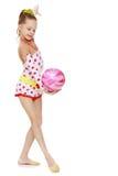 Гимнаст делает тренировки с шариком Стоковое Изображение