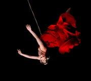 Гимнаст женщины в красном платье на веревочке Стоковое Изображение RF