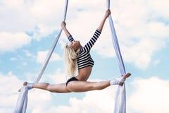 Гимнаст молодой женщины стоковые изображения rf