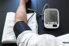 Гипертенсивный пациент выполняя испытание кровяного давления автоматическое стоковые фотографии rf