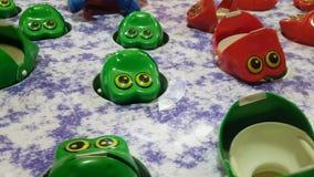 Гипер видео упущения игры променада, улавливает лягушку для того чтобы выиграть призовую, винтажную игру все еще привлекательную сток-видео