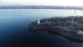 Гипер промежуток времени острова на широком реке с церковью и статуей, 4k сток-видео
