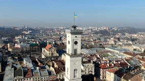 Гипер промежуток времени ратуши в Львове, Украине, воздушной съемке сток-видео