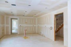 Гипсокартон повешен в комнате кухни remodeling проект стоковое фото