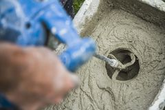 Гипсолит работника смешивая с сверлом Стоковые Изображения