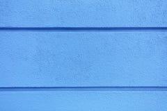 Гипсолит текстуры бетонной стены яркий голубой с горизонтальными разделяя пазами на стене Стоковые Фотографии RF