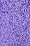 Гипсолит декоративного сброса фиолетовый на стене Стоковая Фотография