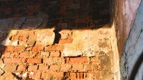 Гипсолит на старой стене внезапно падая врозь видео замедленного движения акции видеоматериалы