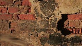 Гипсолит на старой стене внезапно падая врозь сток-видео