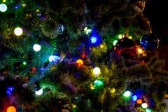 Гирлянда на искусственной рождественской елке стоковые фотографии rf