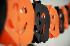 Гирлянда праздничных тыкв хеллоуина бумажная Праздники, украшения и концепция партии стоковое фото