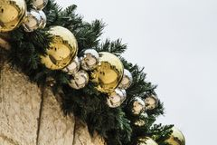Гирлянда рождественской елки, outdoors оформление рождества Стоковое Изображение RF