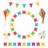 Гирлянда с красочными флагами Масленица или фестиваль сигнализируют с змеем фонарика, фейерверка и летания Стоковые Фото