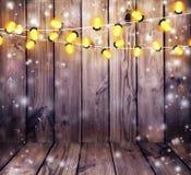 Гирлянда с светами деревянное предпосылки старое Праздничные света Стоковые Изображения