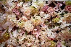 Гирлянда цветка на стене Плотная стена цветков Зона фото свадьбы Романтичное оформление космоса стоковая фотография