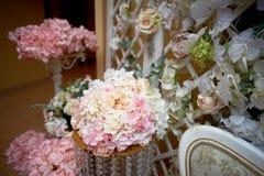 Гирлянда цветка на стене Плотная стена цветков Зона фото свадьбы Романтичное оформление космоса стоковые изображения rf