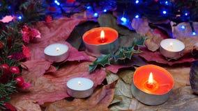 Гирлянды, свечи, падуб на таблице (украшения рождества) видеоматериал