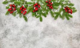 Гирлянда красных ягод ветвей рождественской елки серебряная Стоковые Фото