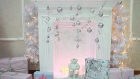 Гирлянда рождества мигающих огней украшенная с красивым камином Новый Год сток-видео