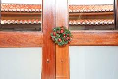 Гирлянда рождества на восточной двери Стоковые Фото