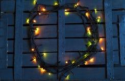 Гирлянда рождества на деревянной предпосылке Стоковая Фотография RF
