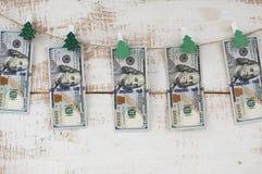 Гирлянда рождества сделанная 100 долларовых банкнот Стоковые Изображения RF