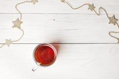 Гирлянда рождества с чашкой чаю стоковое фото rf