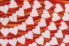 Гирлянды нежных розовых сердец сделанных из бумаги Стоковое фото RF